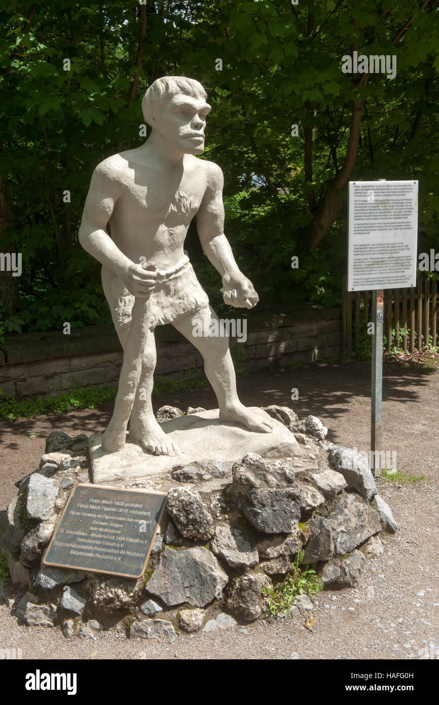 Deutschland, Kreis Mettmann, Standbild des Meandertalers beim Neandertalmuseum im Neandertal bei Erkrath - Stock Image