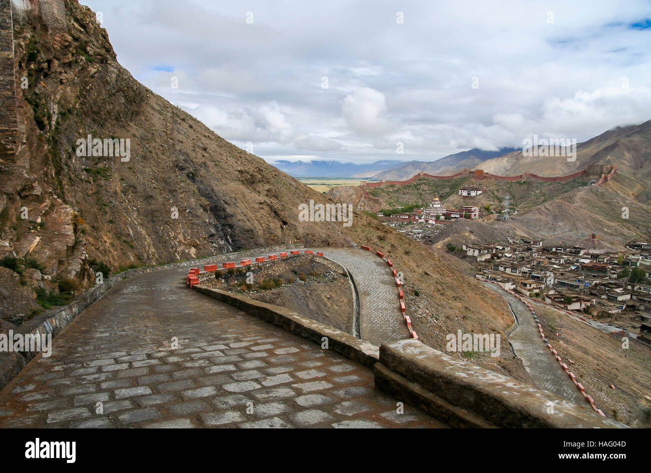 Winding road to the monastery in Gyantse town, in the Tibet Autonomous Region of China. - Stock Image