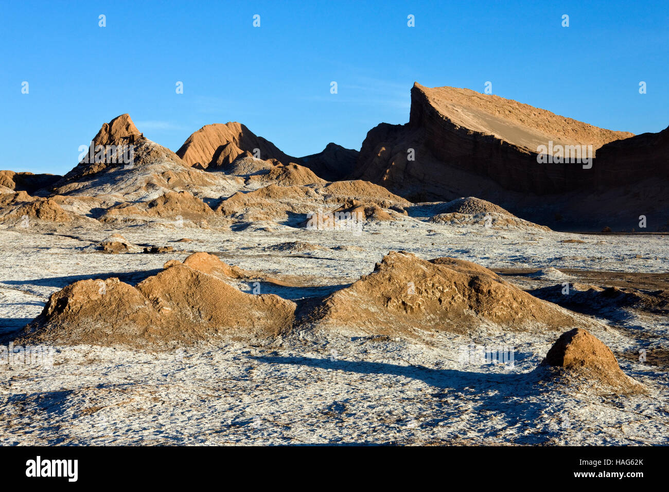 Late afternoon sun in the Valley of the Moon (Valle de la Luna) in the Atacama Desert in Northern Chile. - Stock Image