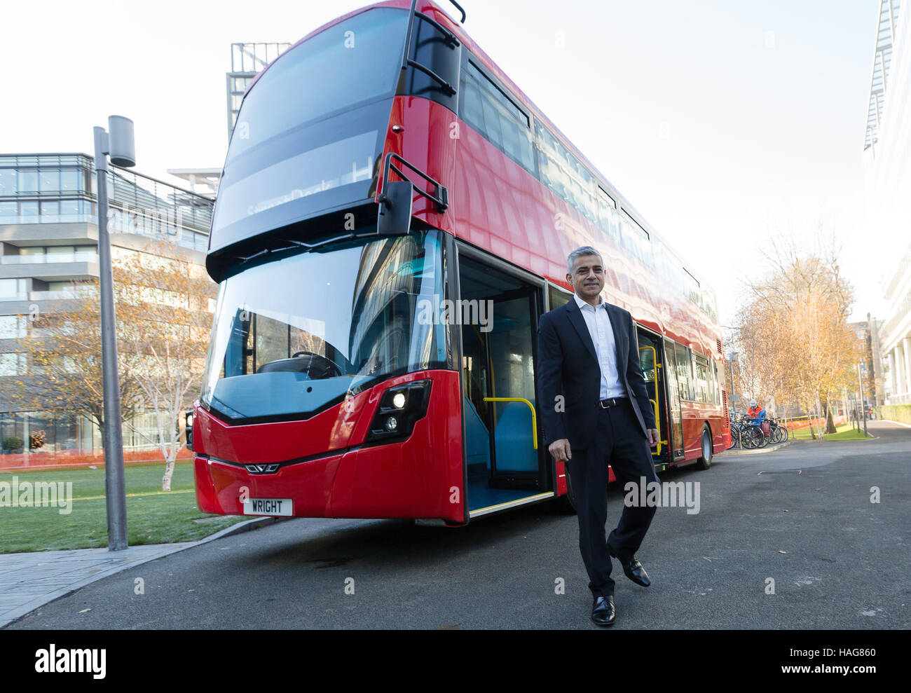 London, UK. 30th Nov 2016. Mayor of London, Sadiq Khan unveils the world's first hydrogen double-decker bus outside - Stock Image
