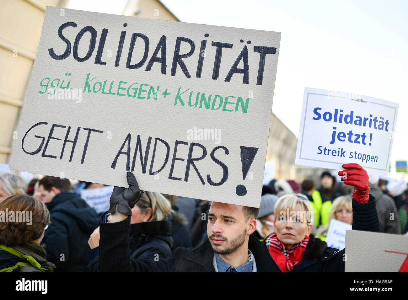 Frankfurt, Germany. 30th November, 2016. Counter demontrators holding signs during a demonstration by the Betriebsrat - Stock Image