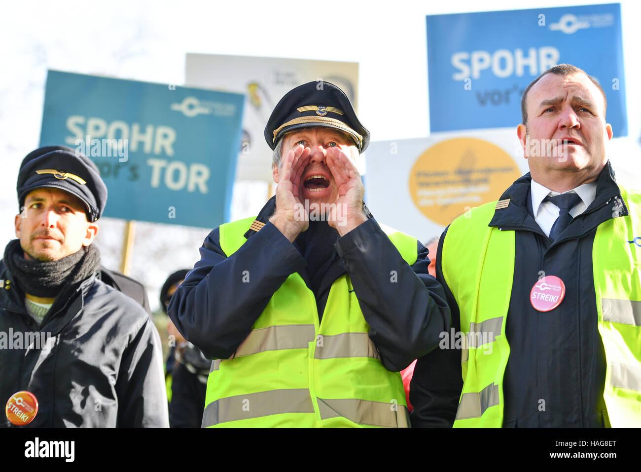 Frankfurt, Germany. 30th November, 2016. Lufthansa pilots taking part in a demonstration by pilots' union Vereinigung - Stock Image