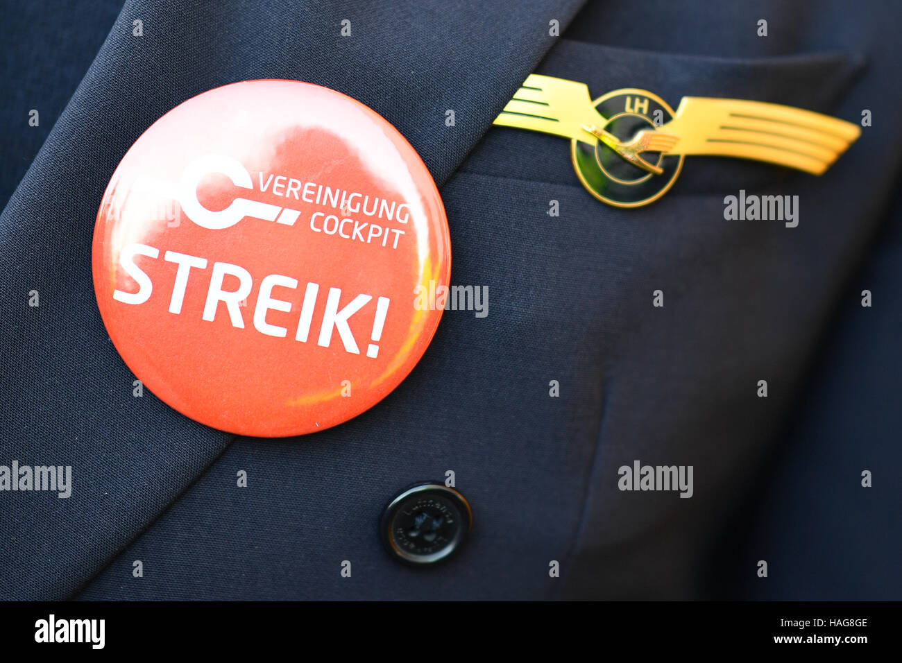 Frankfurt, Germany. 30th November, 2016. A Lufthansa pilot wearing a badge that says 'Streik!' (strike!) - Stock Image