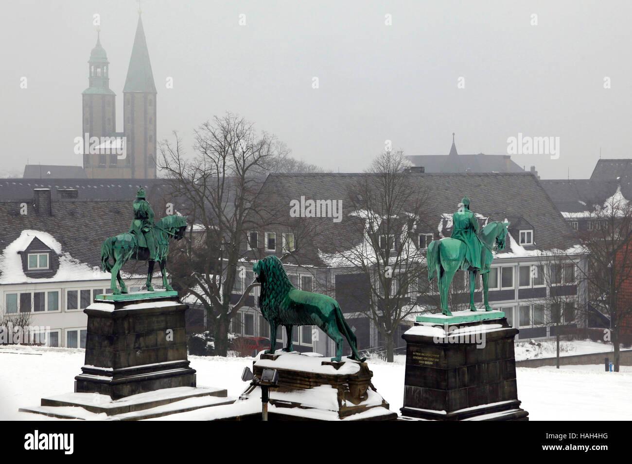 Goslar, Kaiserpfalz imperial palace. Lower Saxony, Germany. Bronze statues of Wilhelm der Grosse, Friedrich I Barbarossa - Stock Image