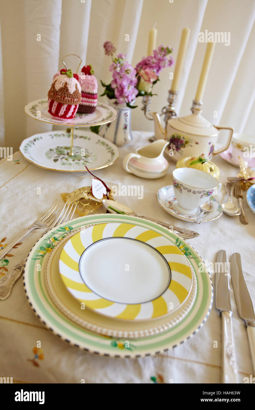 TABLE SETTING VINTAGE CROCKERY - Stock Image