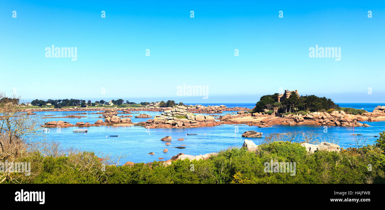 Ploumanach, rocks and bay beach in morning. Pink granite coast, Perros Guirec, Brittany, France. Stock Photo