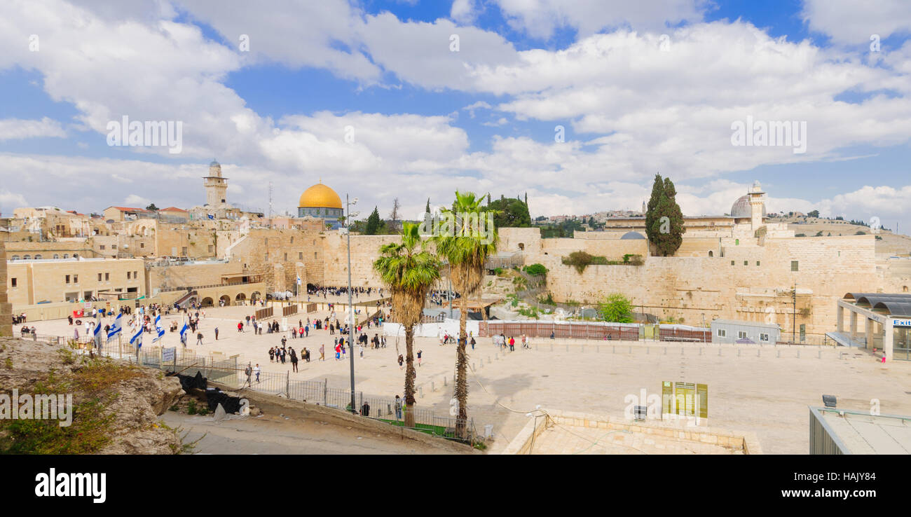 JERUSALEM, ISRAEL - APRIL 10, 2015: The Western Wall crowded with Passover prayers, and Al-Aqsa mosque and the Dome - Stock Image