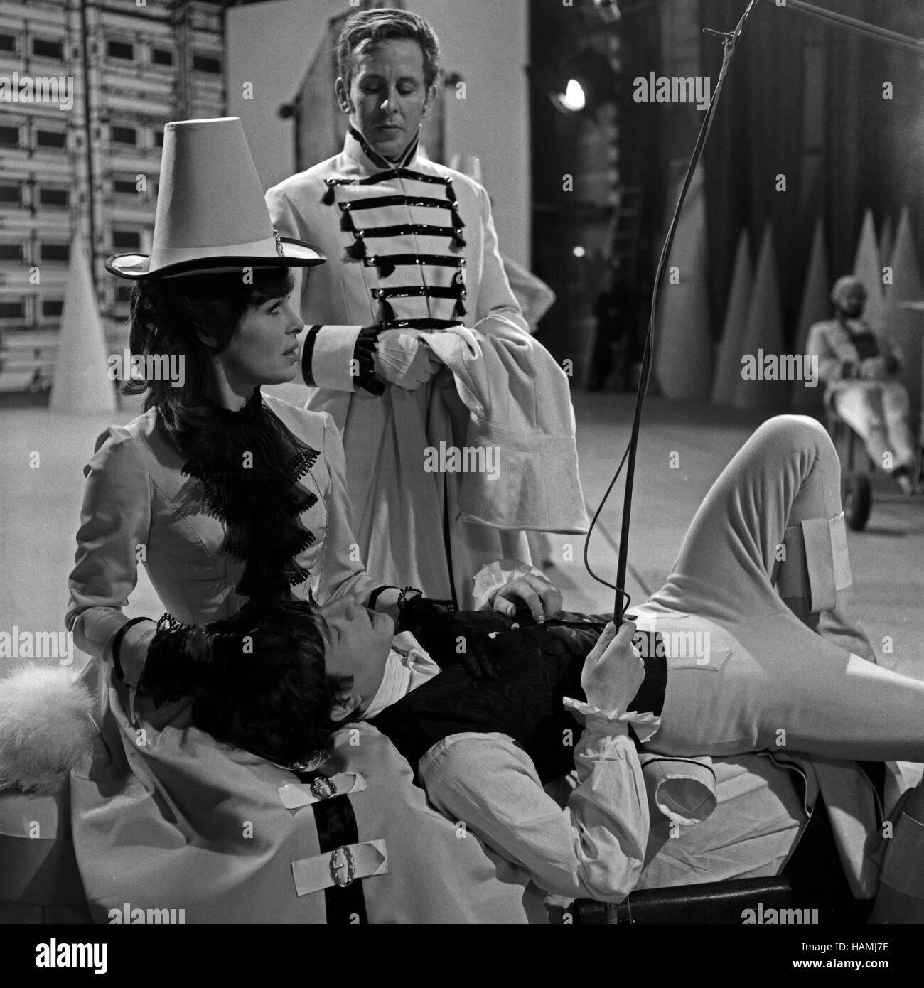 Der Neffe als Onkel, Fernsehfilm, Deutschland 1966, Regie: Hans-Christof Stenzel, Darsteller: Kurt Kachlicki (liegend), - Stock Image