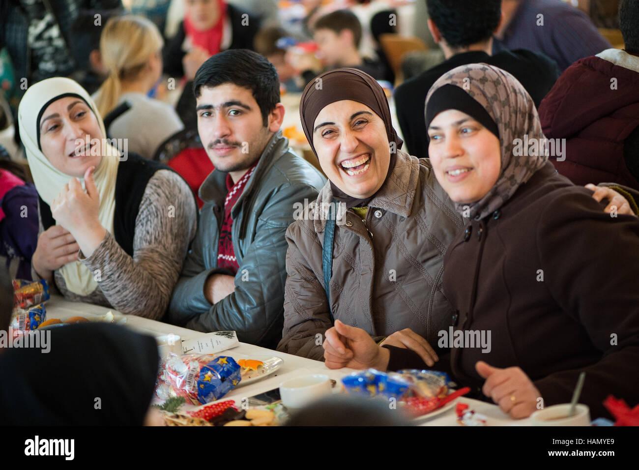 Friedland, Germany. 2nd Dec, 2016. Aysha (L-R), Afaf, Abeer and Khalel from Syria sit at a christmas party of the - Stock Image