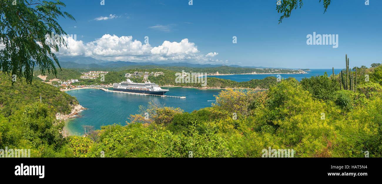 Cruise liner in Santa Maria Huatulko bay, Mexico - Stock Image