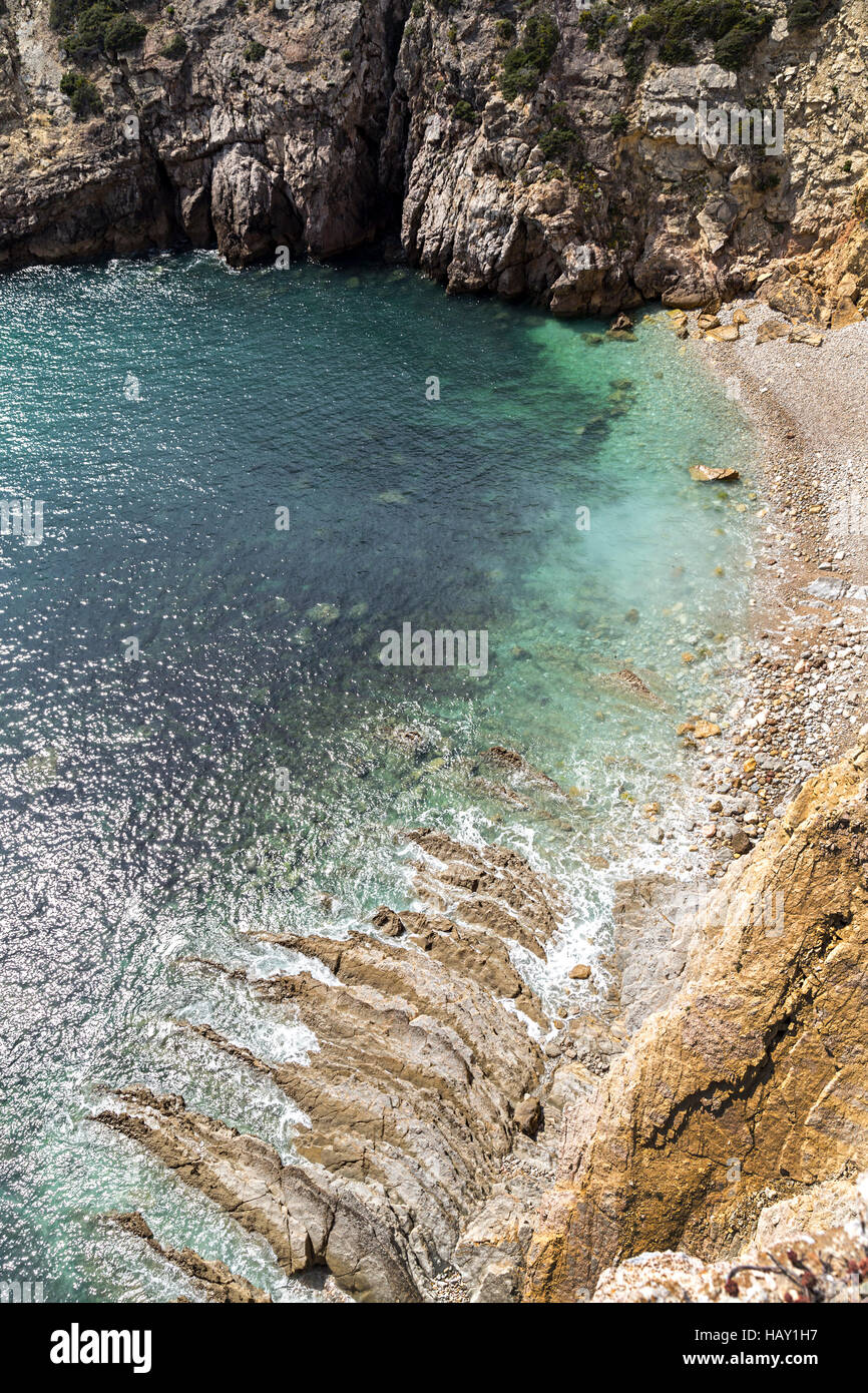 Rocky secluded beach and cliffs, Forte do Beliche, Algarve, Portugal - Stock Image