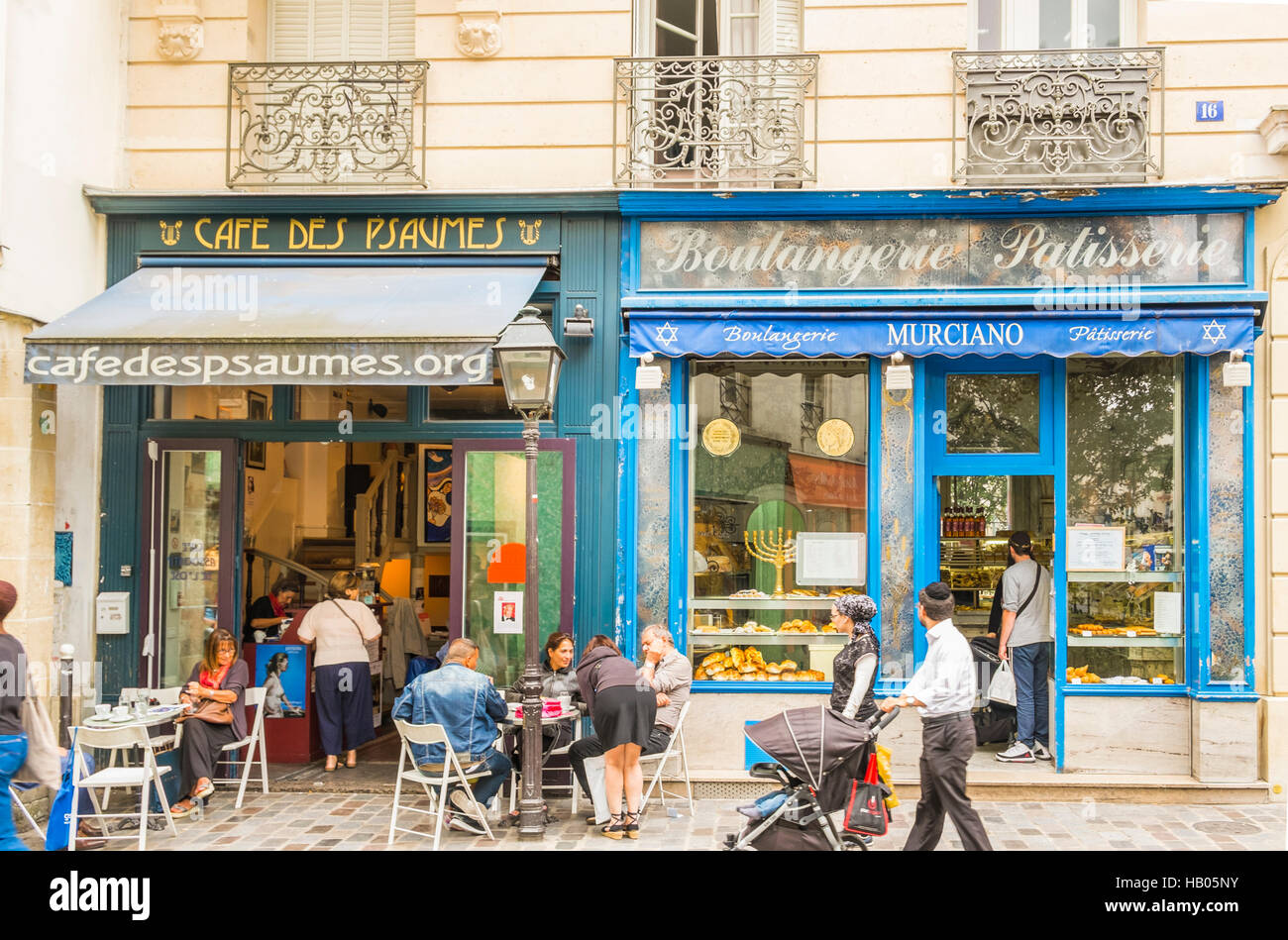 street scene in front of cafe des psaumes and  boulangerie, patisserie murciano in the jewish part of marais quarter - Stock Image