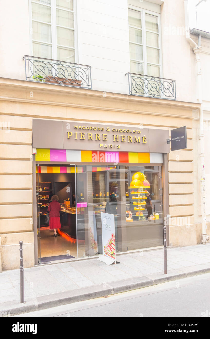 street scene in front of pierre hermé pastry shop, marais district - Stock Image