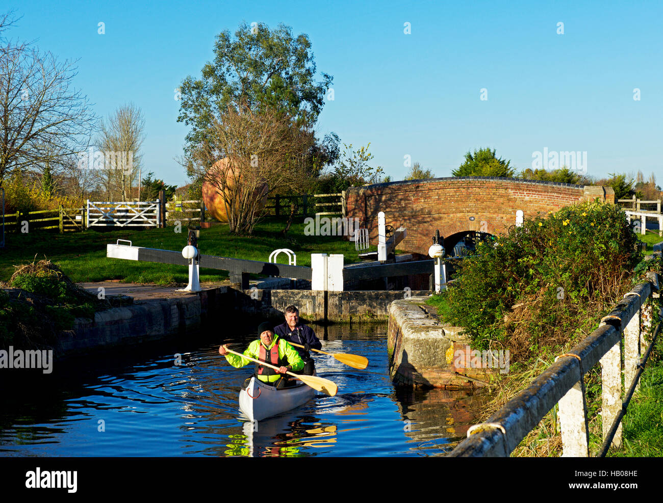 Two men in canoe, at Maunsel Lock, Bridgwater and Taunton Canal, Somerset, England UK - Stock Image