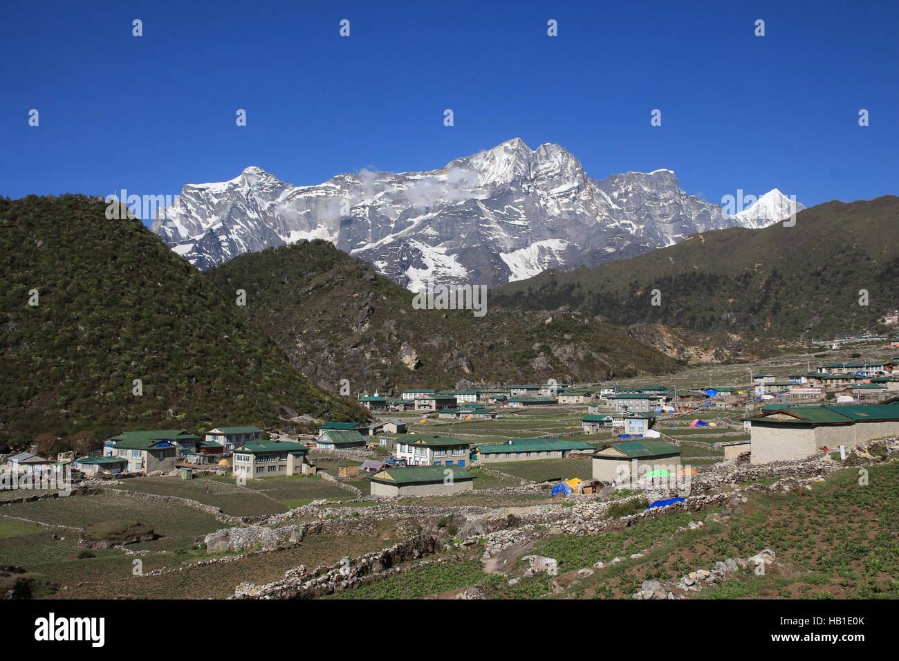 Village Khumjung and snow capped Kongde Ri - Stock Image