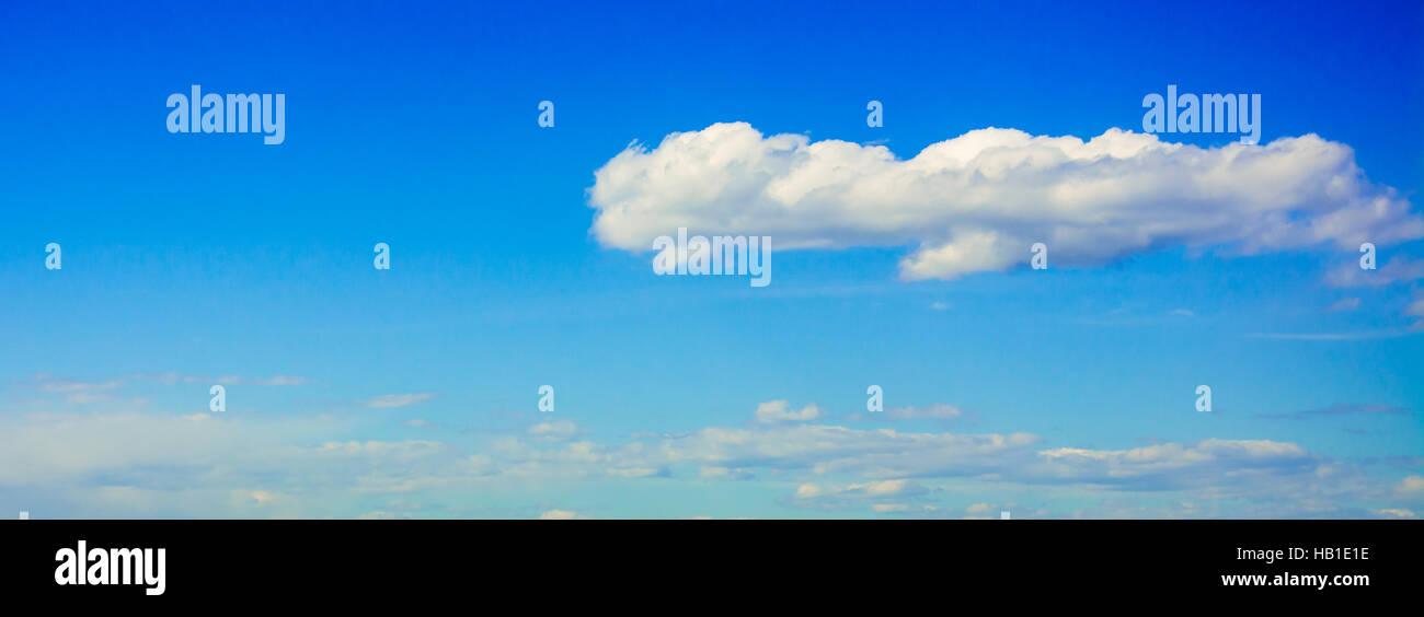 Blauer Himmel mit Wolken Panorama - Stock Image