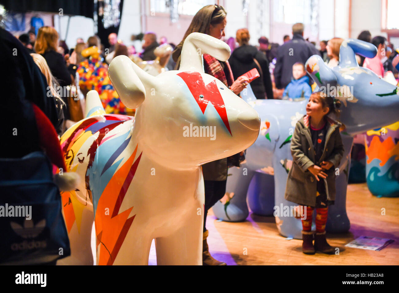 Brighton Sussex, UK. 4th Dec, 2016. Thousands of people are viewing the Snowdogs by the Sea Art Trail at the Corn - Stock Image