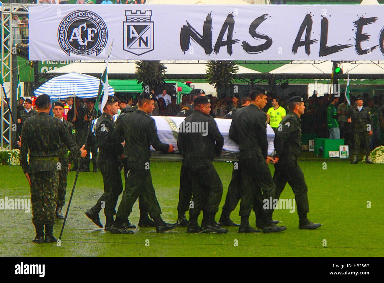 Chapeco, Brazil. 3rd Dec, 2016. Soldiers carry the coffins of the players into the stadium during a mourning service - Stock Image