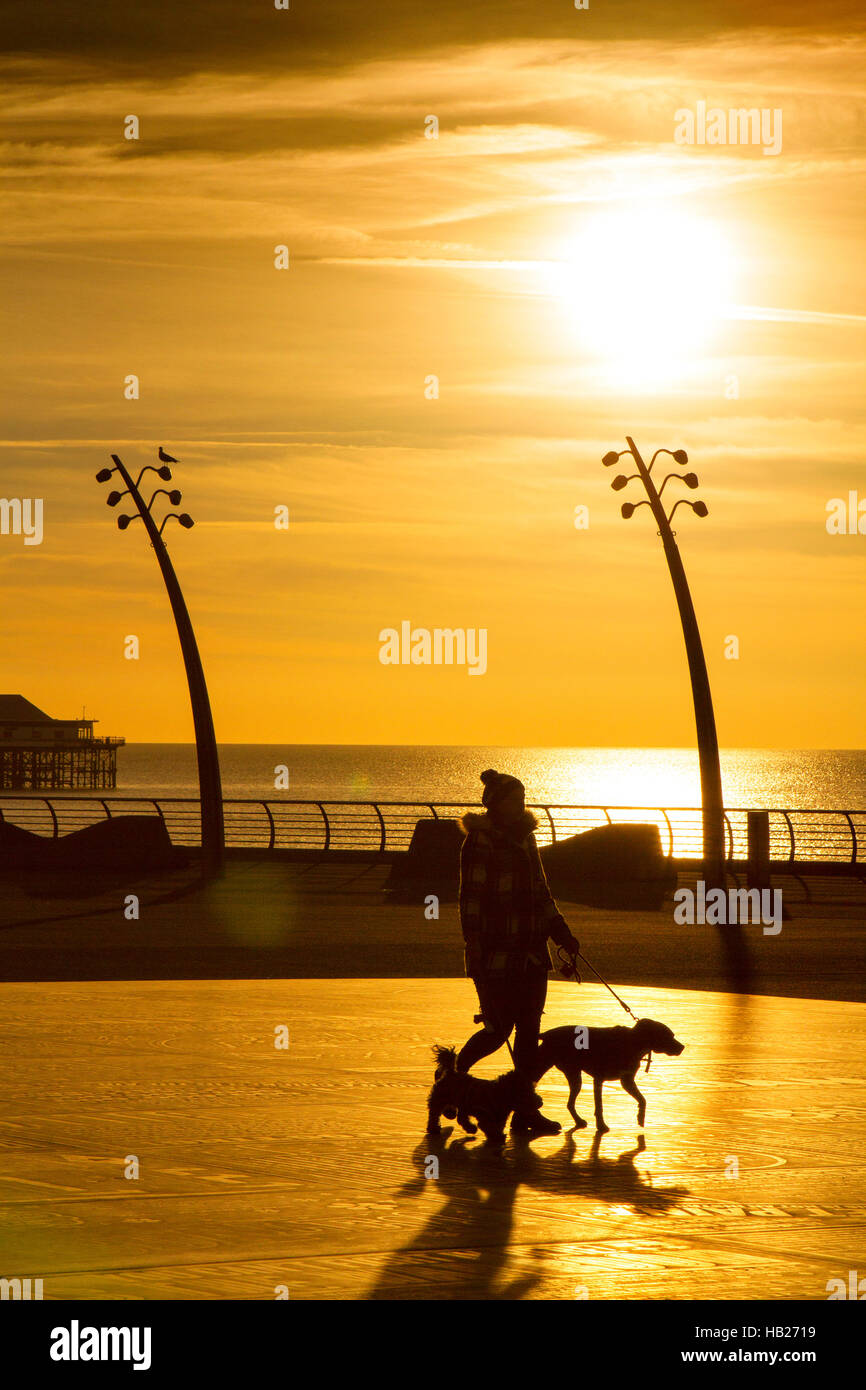 Blackpool, Lancashire, UK. 4th Dec 2016. UK Weather:  After a lovely sunny day over the north west of England, a - Stock Image