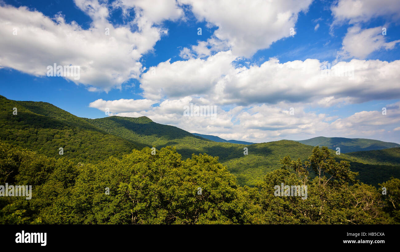 Clouds roll past the scenic green mountains of Blue Ridge Parkway in Asheville, North Carolina - Stock Image