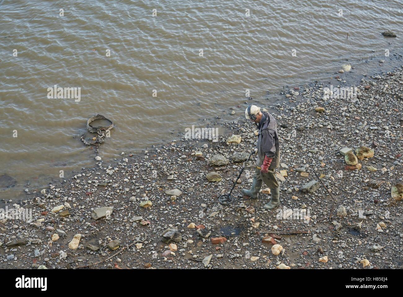 metal detectoring on river.  Metal detector.  Thames Mudlarking - Stock Image