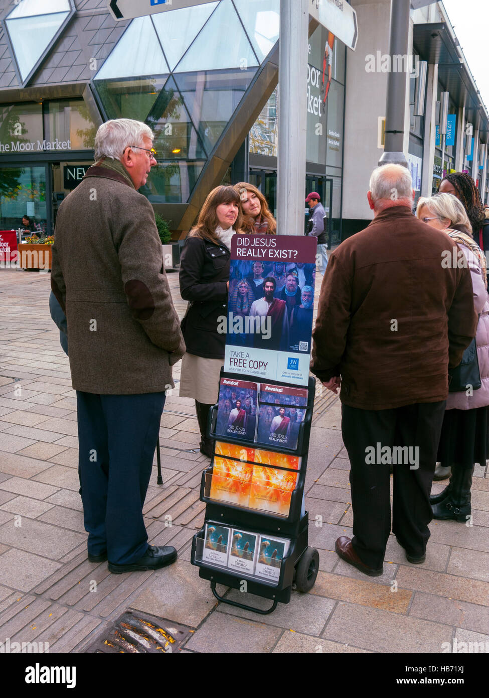 Jehovah's Witnesses talking to passers-by, Sheffield - Stock Image
