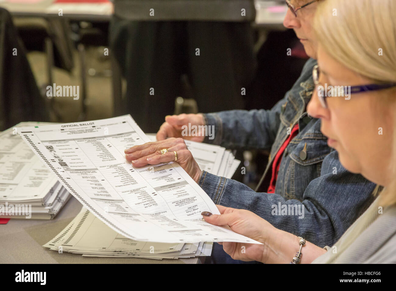 Michigan, USA. 5th December, 2016.Workers in Oakland County, Michigan recount ballots cast in the 2016 Presidential - Stock Image