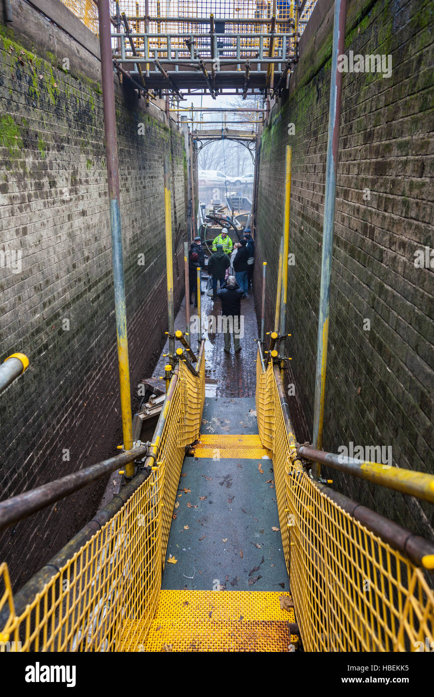 Dropping down into Lock 72 of the Trent & Mersey Canal, Middlewich, Cheshire - Stock Image