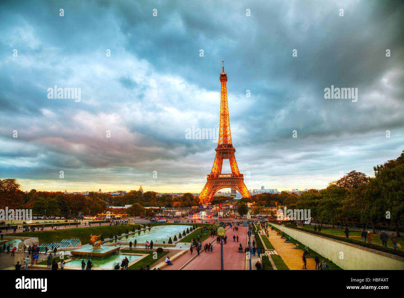 PARIS - NOVEMBER 5: Cityscape with the Eiffel tower and people on November 5, 2016 in Paris, France. - Stock Image
