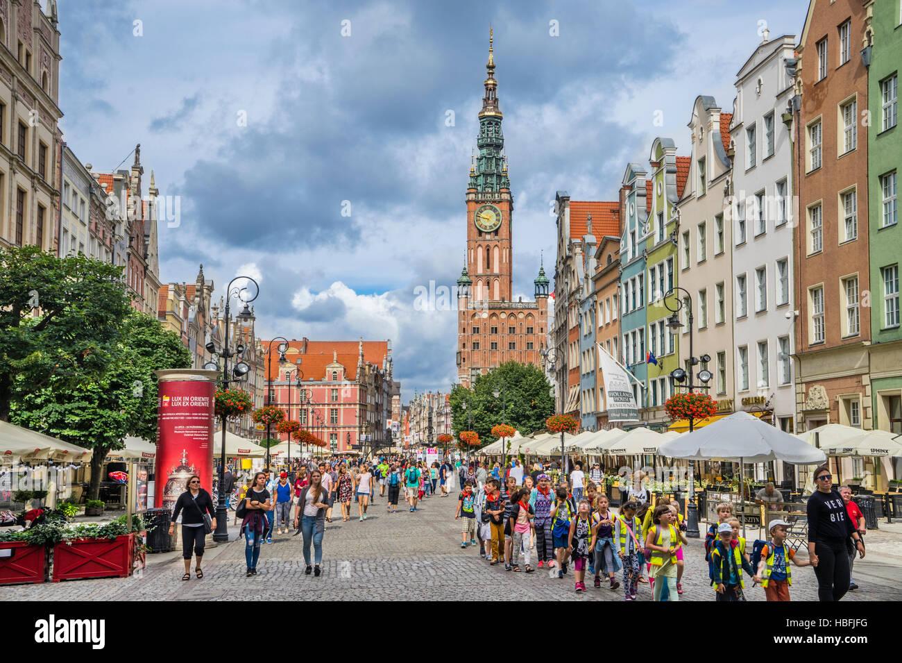 Poland, Pomerania, Gdansk (Danzig), Long Market (Langer Markt/Dlugi Targ) with view of the prominent spire of the - Stock Image