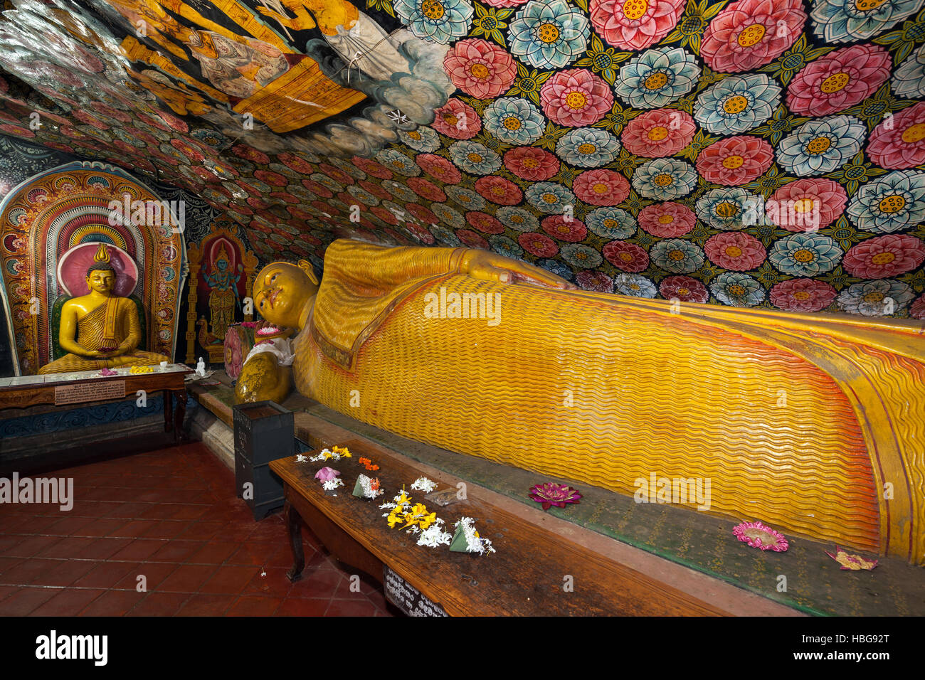 Reclining Buddha statue, painted ceilings, statues, Aluvihara Rock Cave Temple, Central Province, Sri Lanka - Stock Image
