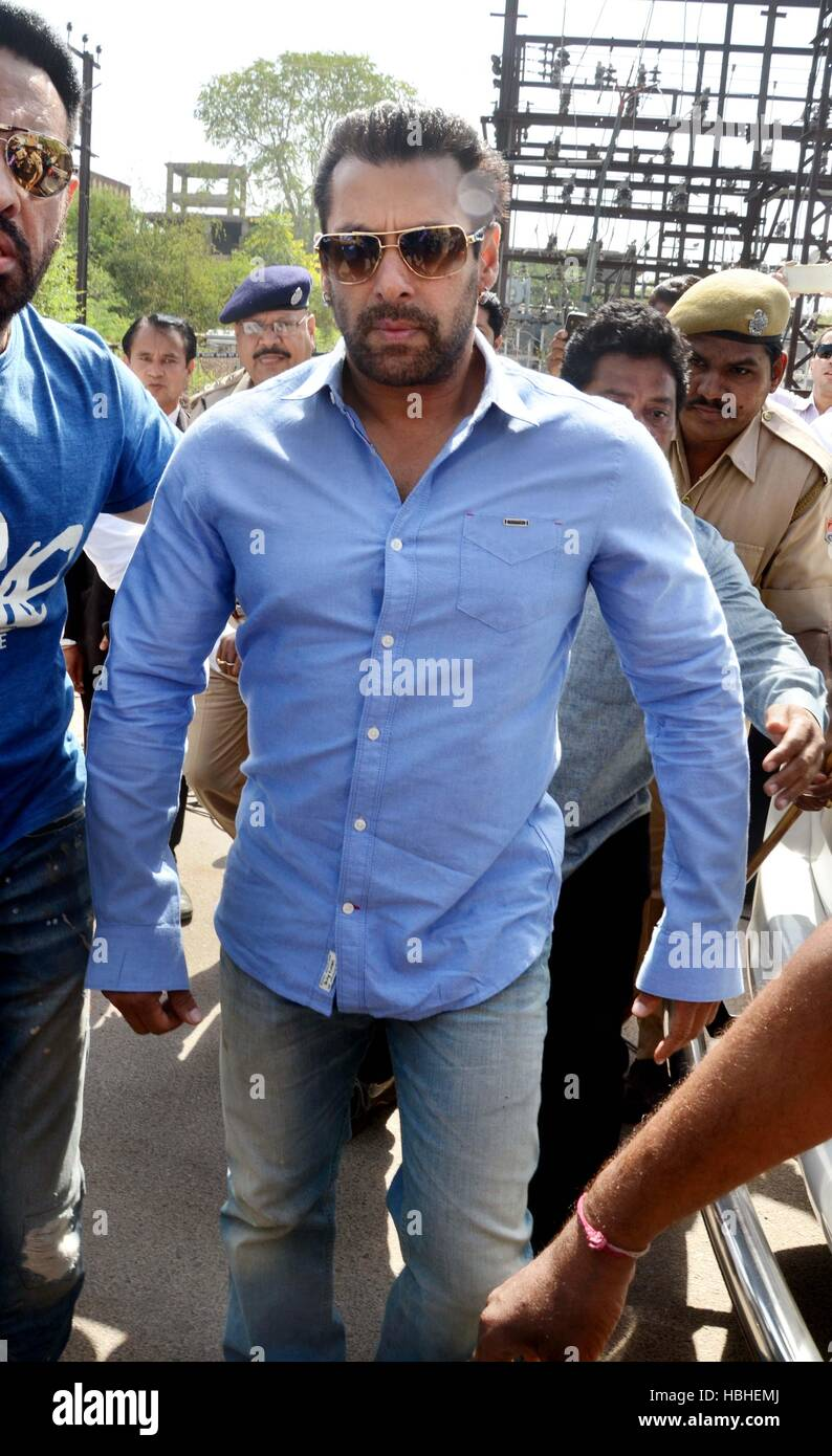 Bollywood actor Salman Khan arrives at the court of the Chief Judicial Magistrate, in Jodhpur, Rajasthan - Stock Image