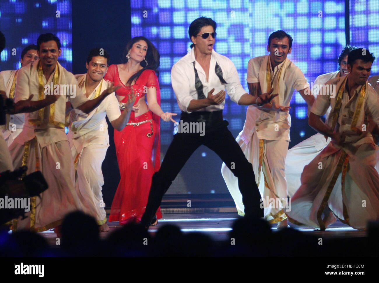 bollywood actress kareena kapoor shah rukh khan dance during music