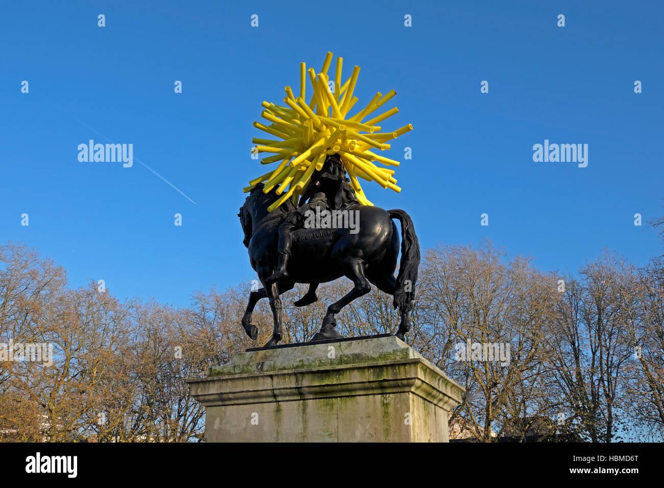 A sculpture by artist Duncan McKellar surmounts John Michael Rysbrack's 1733 equestrian statue of William III - Stock Image