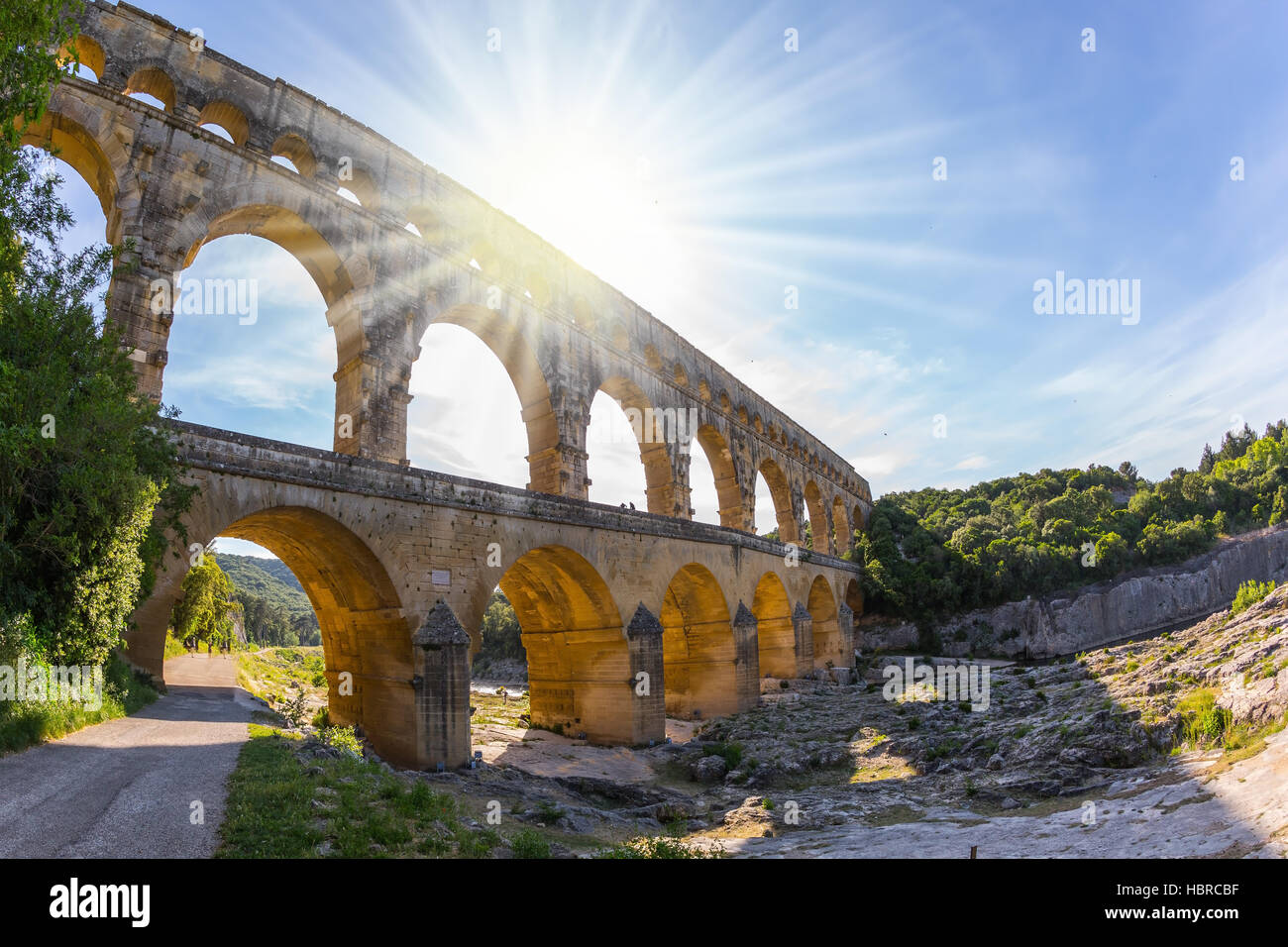 The setting sun shines in the sky - Stock Image