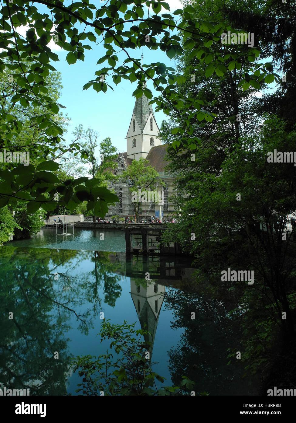 Blautopf-Klosterkirche spiegelt sich im Wasser - Stock Image