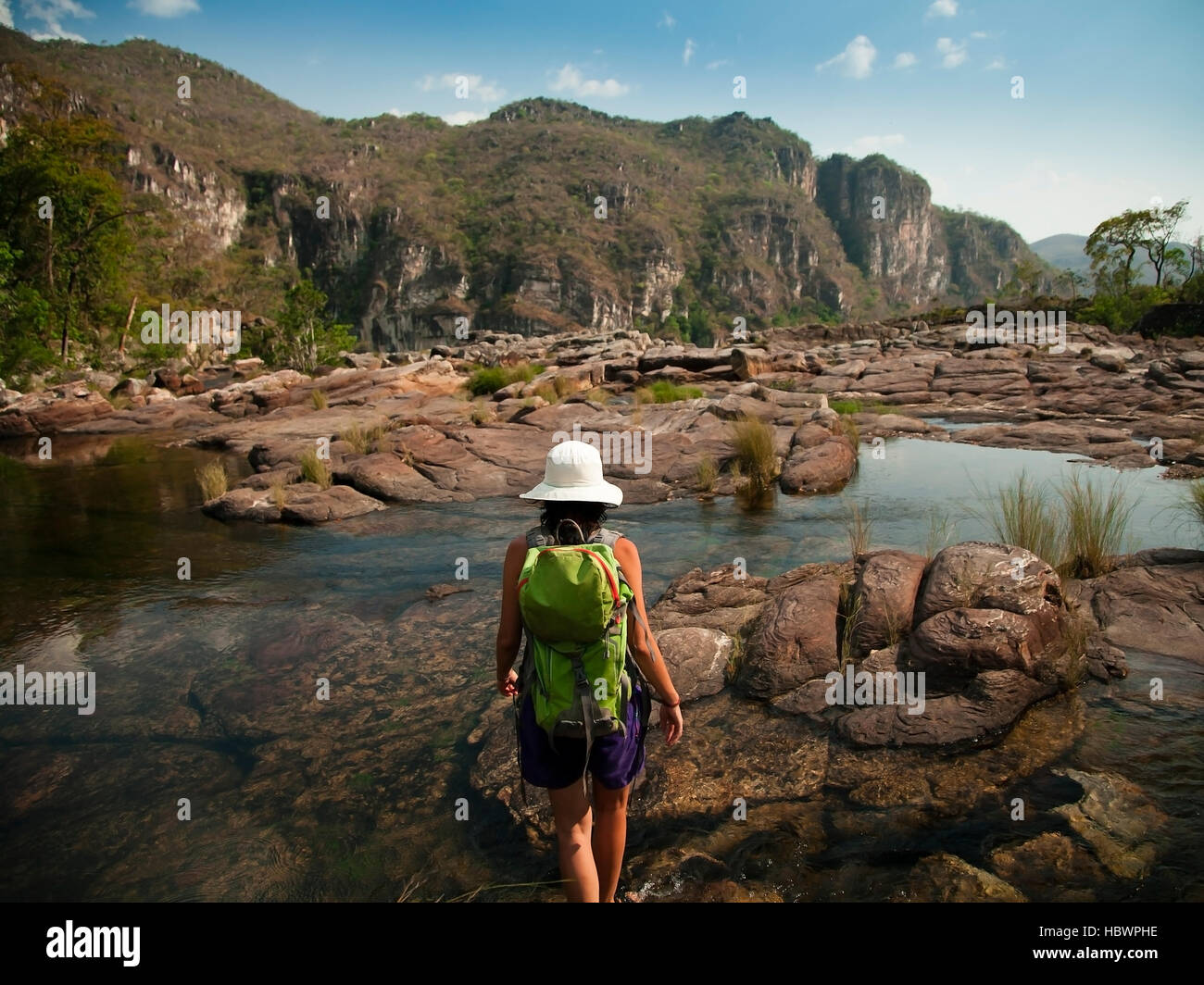 Girl on a hike trough the rivers and the mountains of Chapada dos Veadeiros - Stock Image