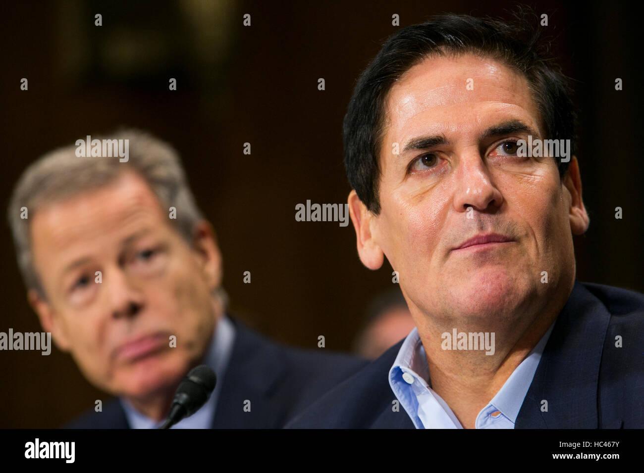 Washington DC, USA. 7th December, 2016. Jeffrey Bewkes, Chairman & CEO, Time Warner, left, and Mark Cuban, Chairman, - Stock Image