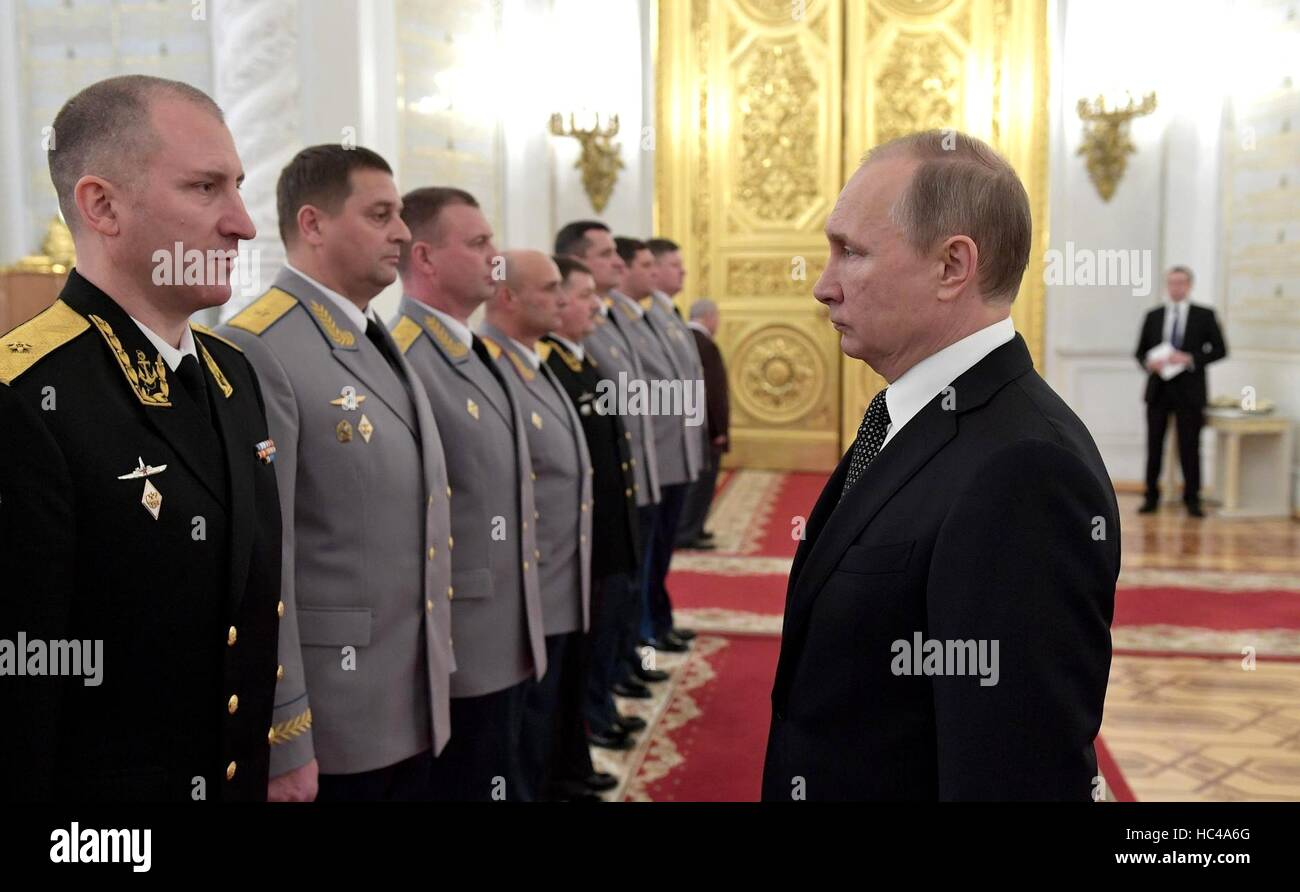 Moscow, Russia. 07th Dec, 2016. Russian President Vladimir Putin greets military officers during a promotion ceremony - Stock Image