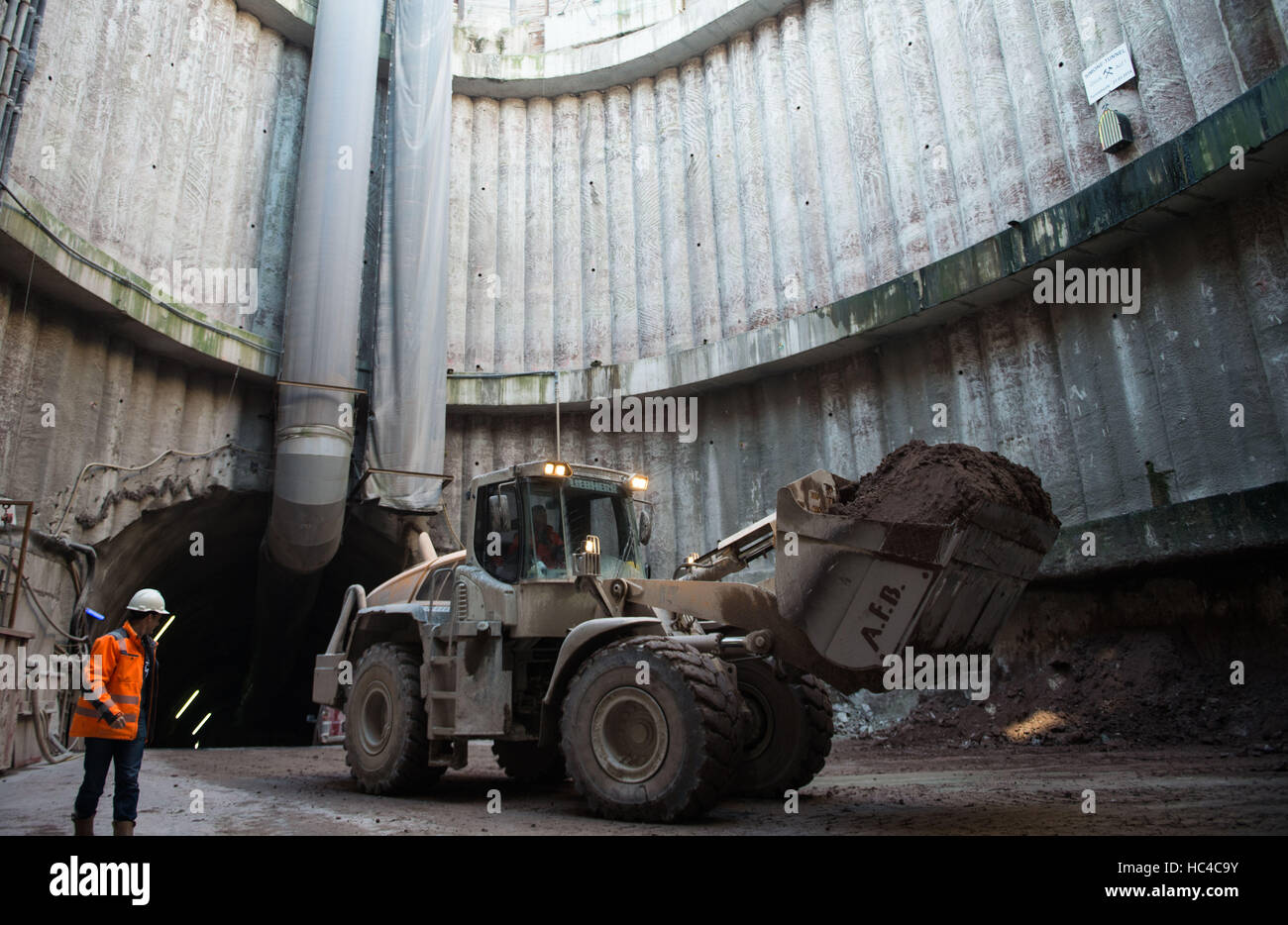 Stuttgart, Germany. 08th Dec, 2016. A construction worker in front of a digger during a tour of the building site - Stock Image