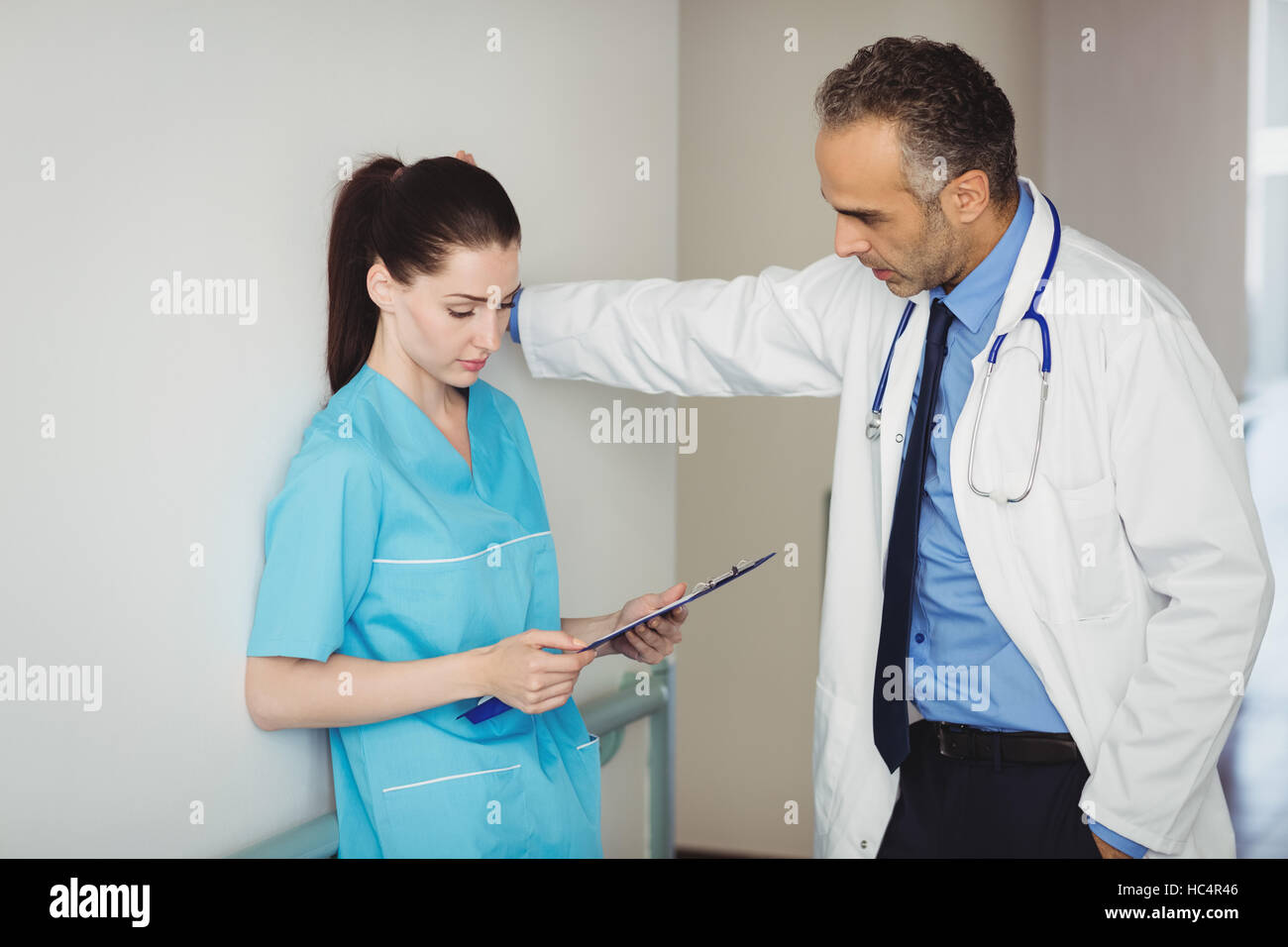 Doctor interacting with nurse - Stock Image
