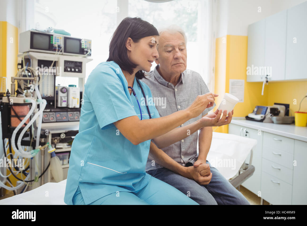Doctor explaining medicine to his patient - Stock Image