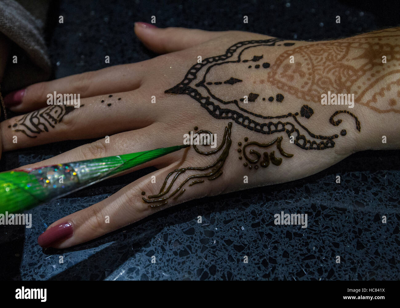 delicte drawing of henna on teens hand - Stock Image