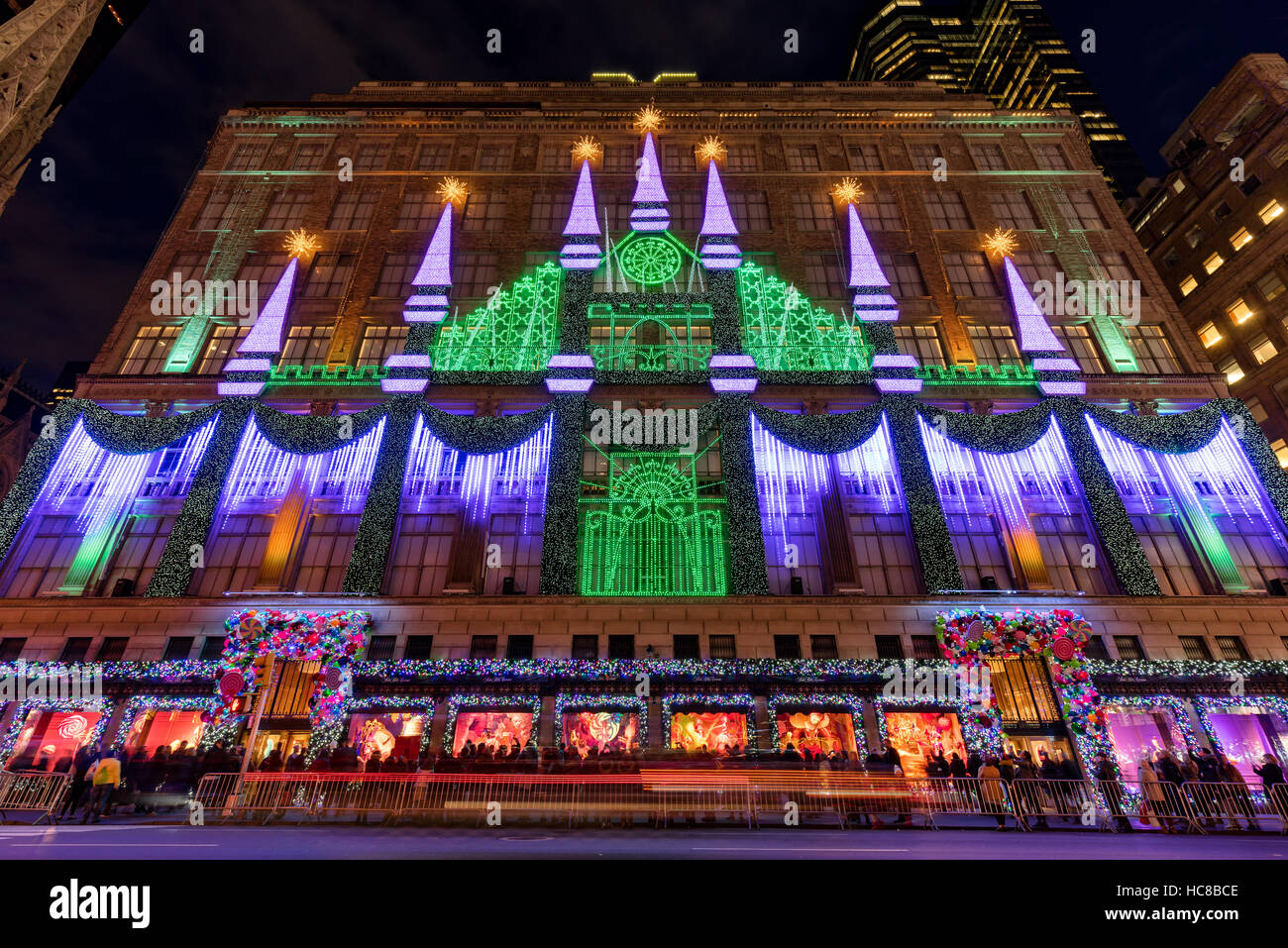 Saks Fifth Avenue Light Show 2019 Schedule Saks Fifth Avenue with Christmas light show and holiday season