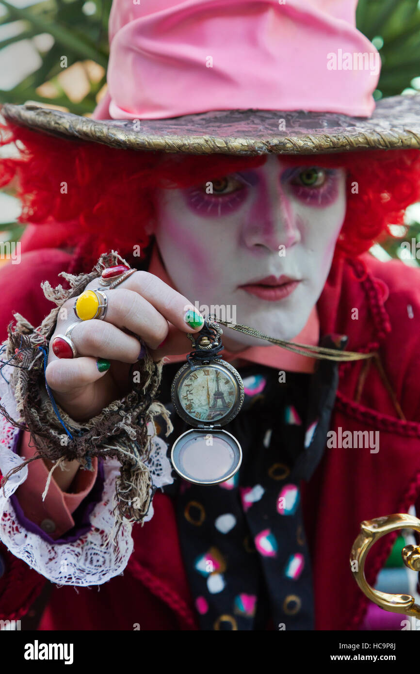 A street performer dressed as THE MAD HATTER of ALICE IN WONDERLAND during the Cervantino Festival - GUANAJUATO, - Stock Image