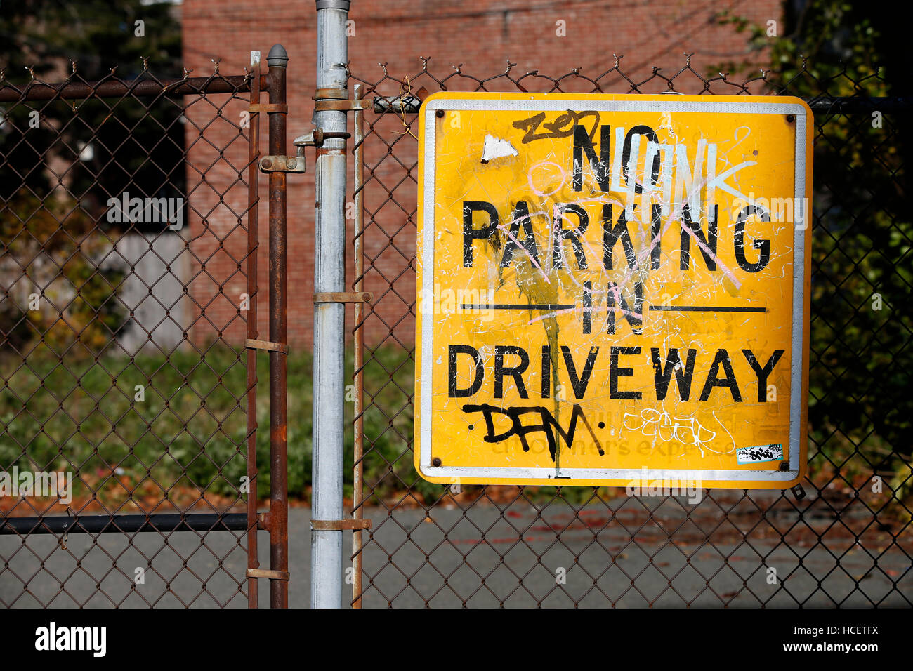 No parking sign on a chain link fence - Stock Image