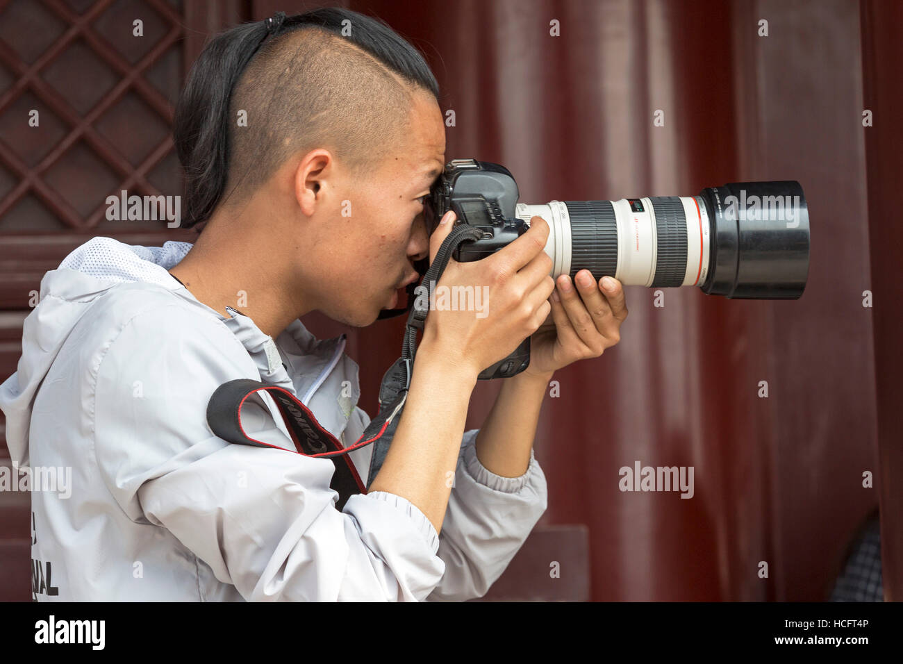 Chinese professional photographer with camera, Xian, China - Stock Image