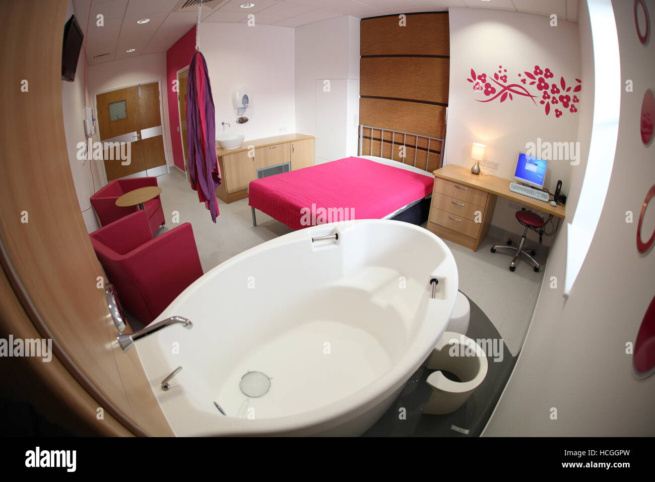 Birthing pool in a newly finished individual room in the Maternity Unit at Newham University Hospital, East London, - Stock Image
