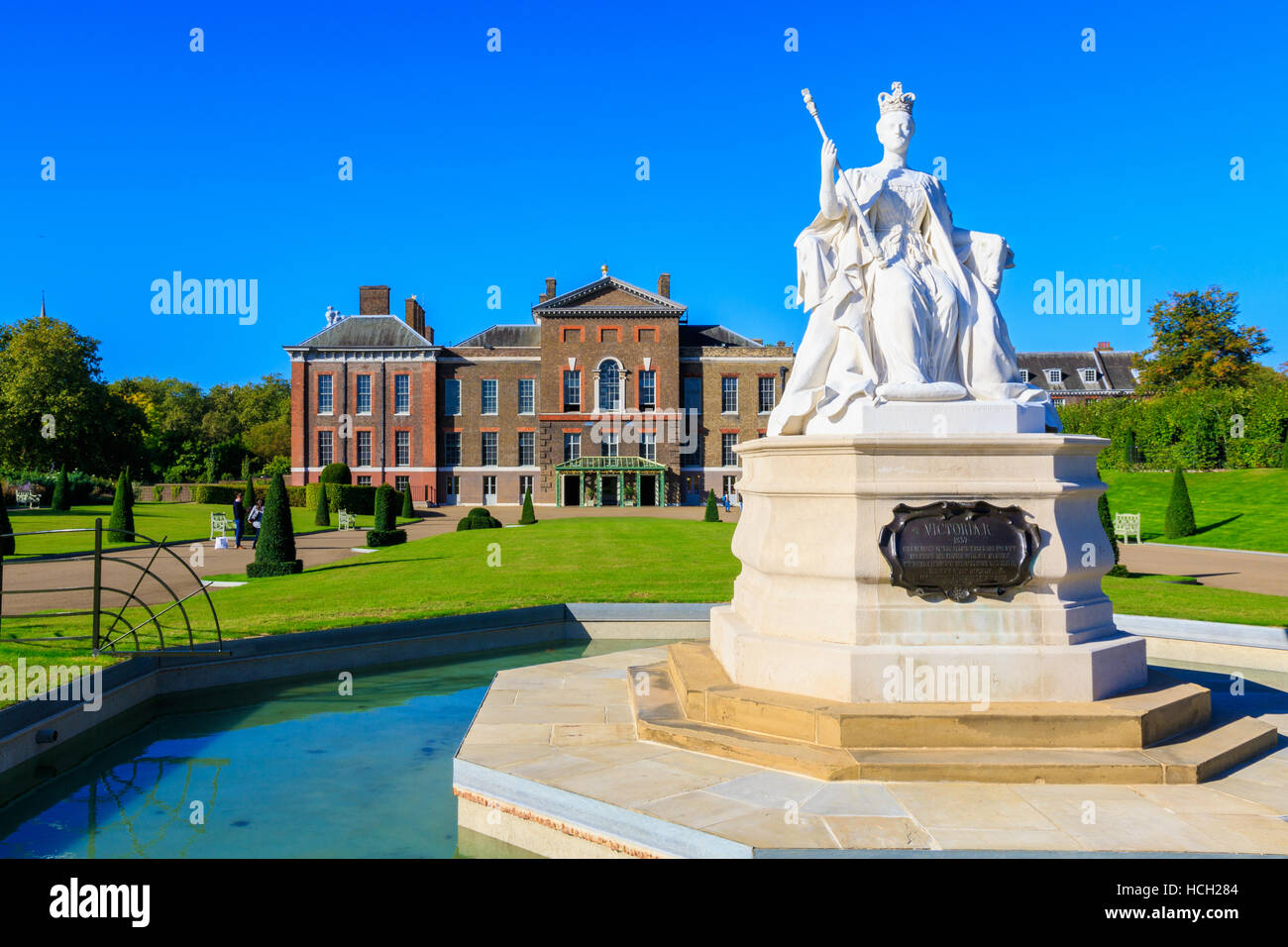 Queen Victoria statue and Kensington Palace in London - Stock Image