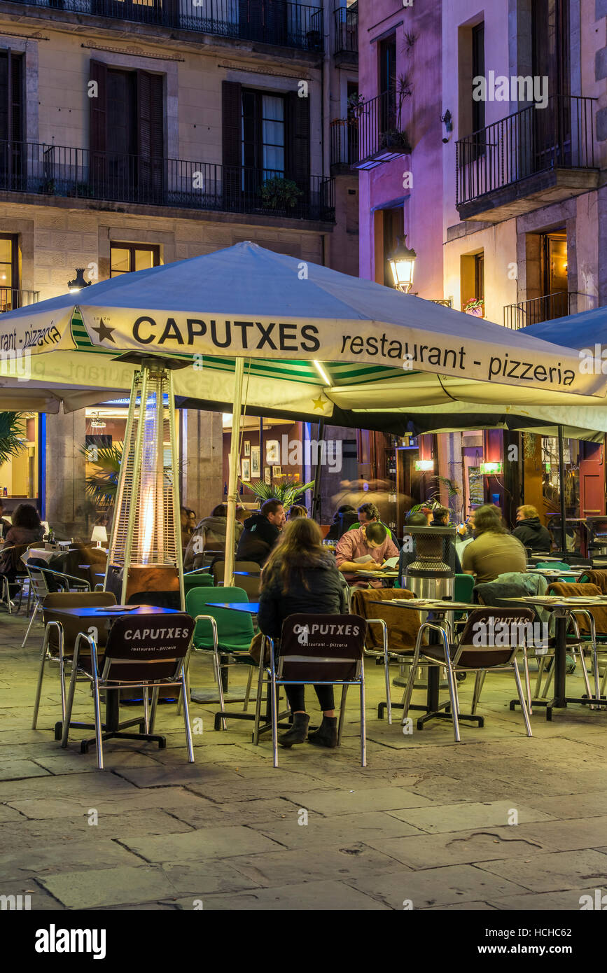 Night view of an outdoor cafe in the Born district, Barcelona, Catalonia, Spain - Stock Image